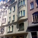 Oprava památkové uliční fasády, včetně nátěrů a ošetření fasády protiplísňovými kapsulemi, silikonový nátěr. Veškeré stavební práce byly prováděni z lana bez lešení - Brno ul. Radnická