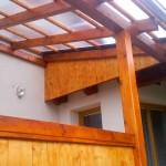 Dřevěná pergola je zastřešená polykarbonátem, který je často využíván pro dobrou tepelnou odolnost, ale i odolnost proti nárazu nebo při zatížení sněhem - RD Benešov