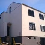 Rekonstrukce domu, zateplení půdy a fasády. Omítka silikonová Baumit, klempířské práce TiZn, parapety Lindab, střecha a balkon izolované gumovou folií Sarnafil - RD Boskovice
