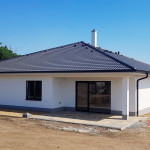 Baumit fasáda, sokl, Mamutherm, KJG plechy, parapety tažený hliník, krov vazníkové profily, střecha Bramac Classic - novostavba RD Smolín