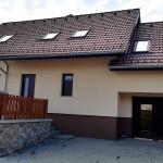 Zateplení EPS, fasáda Stomix, sokl mozaika Marmolit - RD Březina